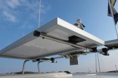 Montering solpanel på radarbåge underifrån.